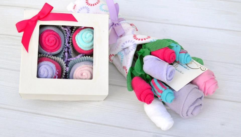 Cupcake un ziedu pušķis no bērnu apģērbiem